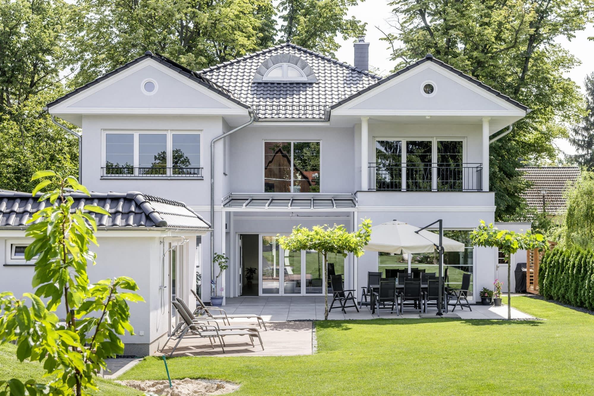 stadtvilla-mit-poolhaus-1