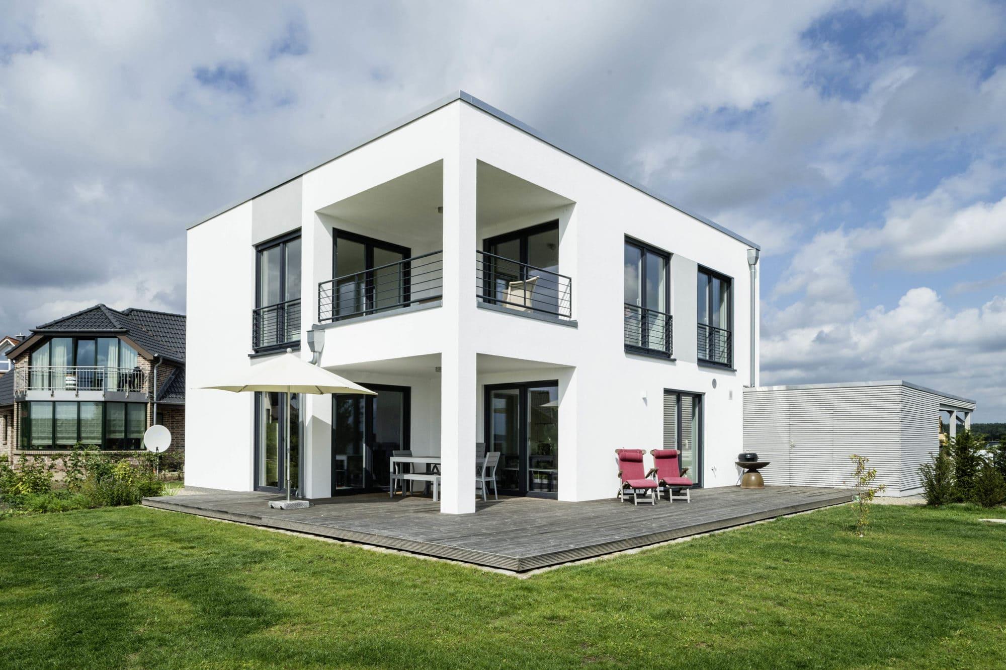 modernes-bauhaus-erker-terrasse