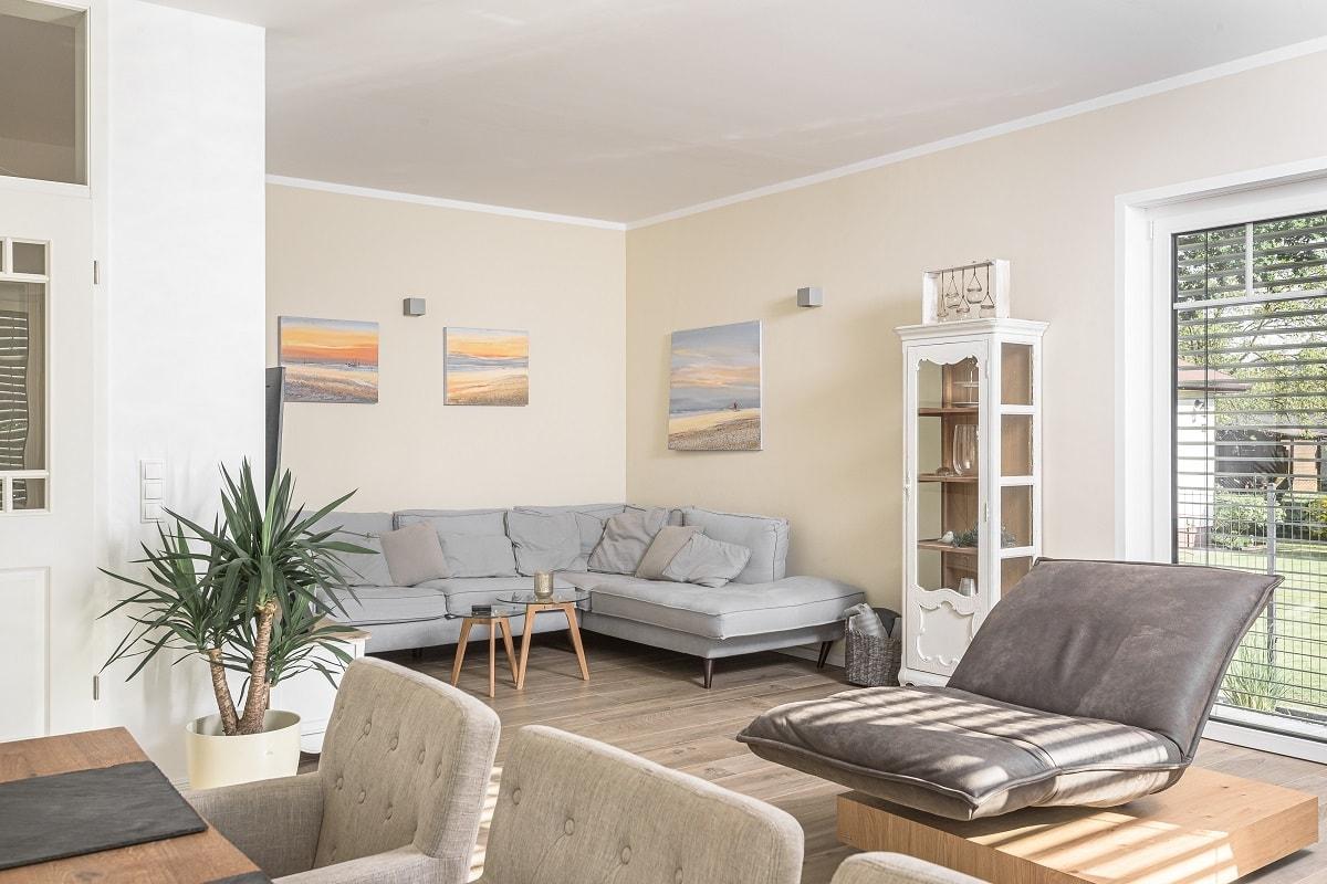 stadtvilla-wohnzimmer-nische-holzfliesen