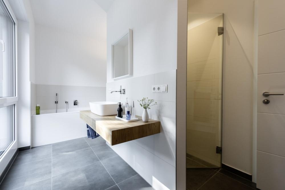bauhaus-souterrain-staffelgeschoss-badezimmer-twand