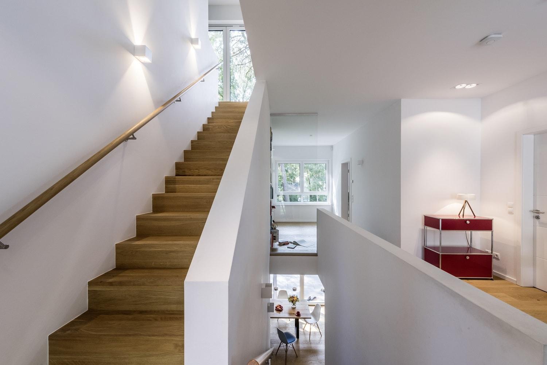 bauhaus-souterrain-staffelgeschoss-treppe-massiv