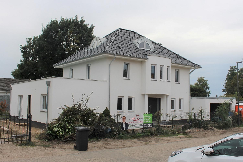 hausbesichtigung-stadtvilla-arge-haus-erkner-hauseingang