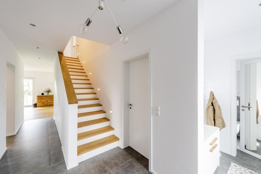 einfamilienhaus-satteldach-flur-massive-treppe