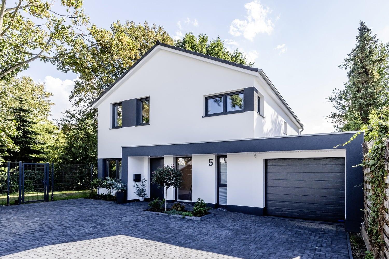 einfamilienhaus-satteldach-hauseingang-vordach-laubengang-fassade