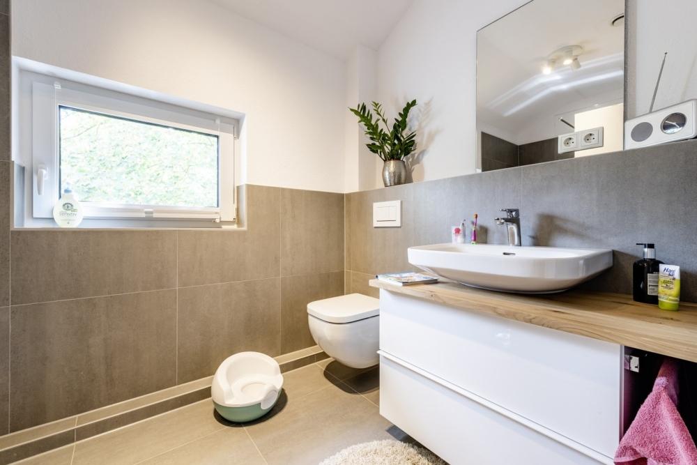 einfamilienhaus-satteldach-kinderbad