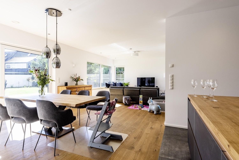 einfamilienhaus-satteldach-offenes-wohnzimmer