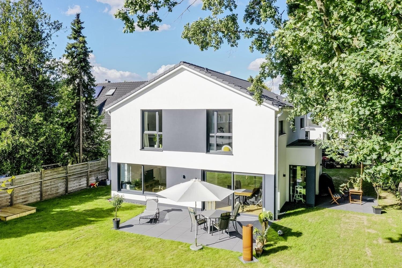 einfamilienhaus-satteldach-terrasse-anthrazite-fassade