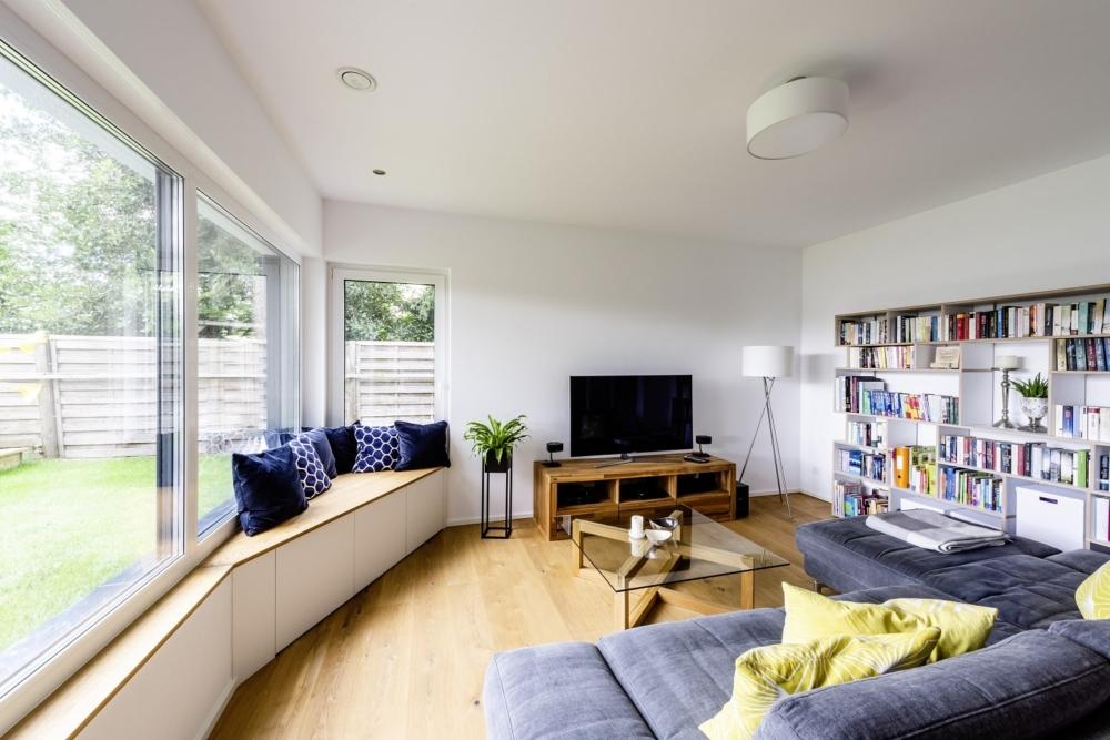 einfamilienhaus-satteldach-wonhzimmer-sitzecke